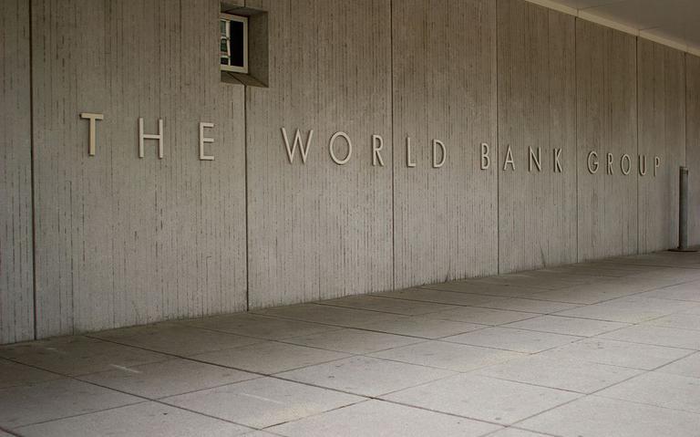 parede do prédio-sede do banco mundial, em washington, EUA, onde se lê 'world bank group'