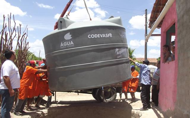 grupo de trabalhadores posiciona cisterna