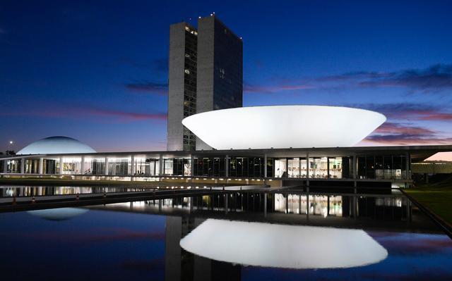 Fachada do Congresso Nacional iluminada à noite