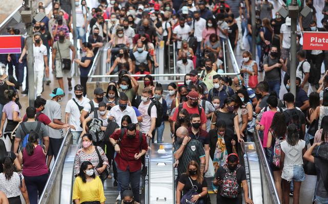multidão usando máscaras em estação da luz, em são paulo