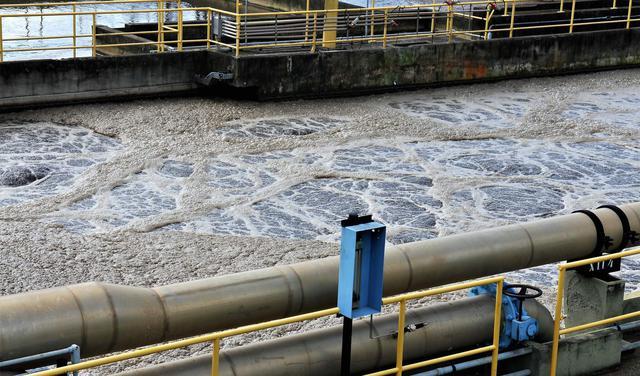 Estação de tratamento de esgoto com óleo sobre a água