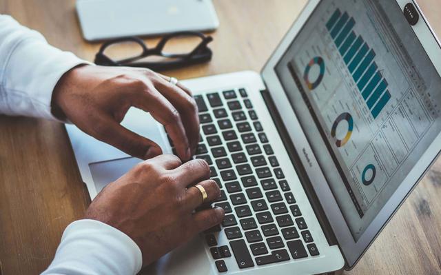 Mãos sobre teclado de laptop