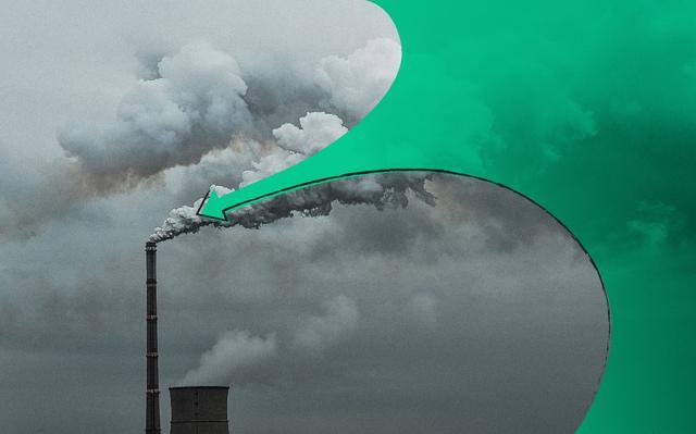 Imagem em escala de cinza mostra, à esquerda, chaminé industrial soltando fumaça. Ilustração em verde preenche o canto direito da imagem e forma seta que aponta para a fumaça