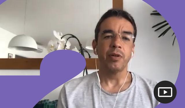 Juliano Assunção em entrevista feita em vídeo. Em volta da foto, há uma moldura roxa.