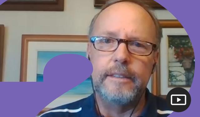 Captura do vídeo onde aparece o pesquisador Miguel Calmon, dos ombros para cima, vestindo camiseta polo azul marinho e óculos de grau