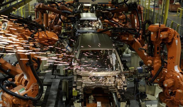 Máquinas automatizadas trabalham na montagem de carros