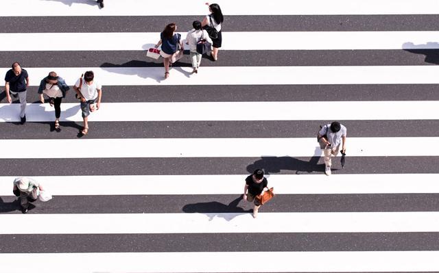 Visão aérea de pessoas atravessando em faixa de pedestres