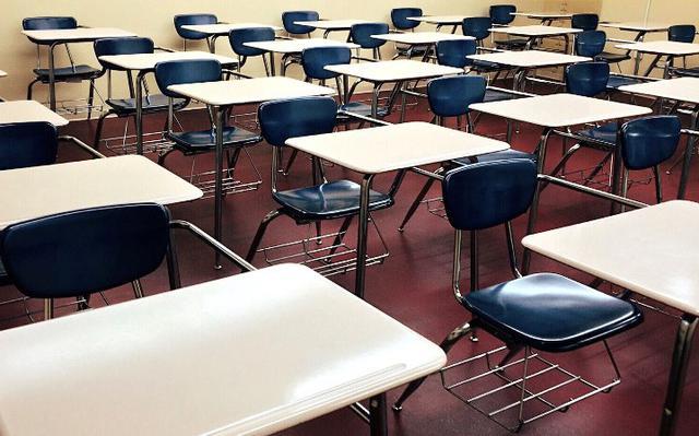 sala de aula com carteiras escolares vazias