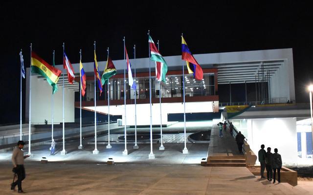 Em frente a prédio da sede a unasul estão hasteadas bandeiras dos países membros