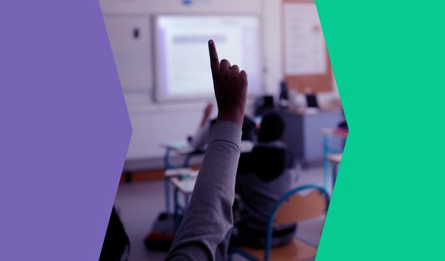 entre seções de cores sólida roxa e verde, imagem de mão levantada em ambiente de sala de aula
