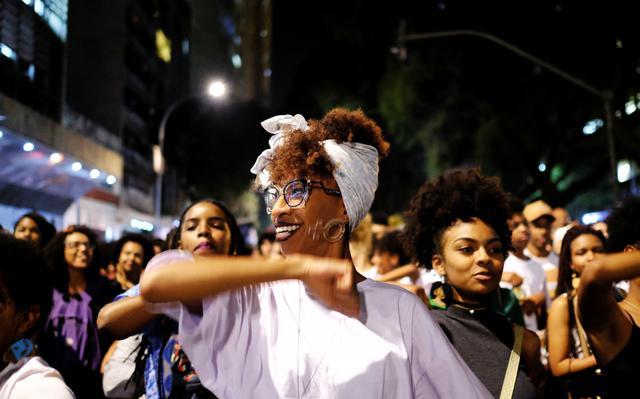 Mulher durante ato em comemoração ao Dia Internacional da Mulher Negra Latino-Americana