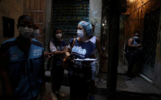 Profissionais de saúde procuram endereço em rua da Rocinha para administração da vacina em idosos que não podem sair de casa