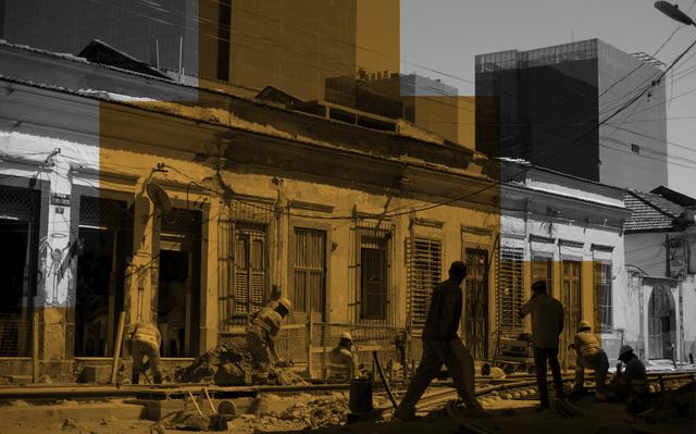 Montagem de foto de obra do Porto Maravilha, no Rio de Janeiro. Operários trabalham em frente a uma fachada de prédio inacabada, enquanto pessoas passam na rua. A foto é em preto-e-branco, e sobre parte dela há um filtro laranja.