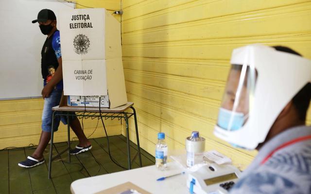 eleitor saindo de cabine eleitoral