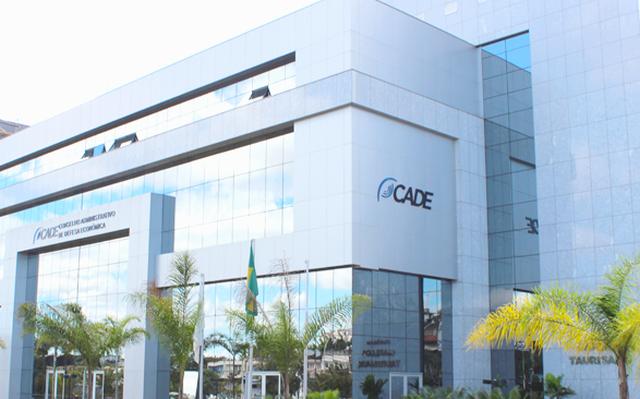 Edifício grande e espelhado exibe na fachada o logo do Cade, órgão do governo federal.