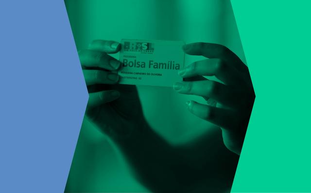 Montagem com fotografia de mãos que seguram um cartão do Bolsa Família. Há um filtro verde sobre a foto.