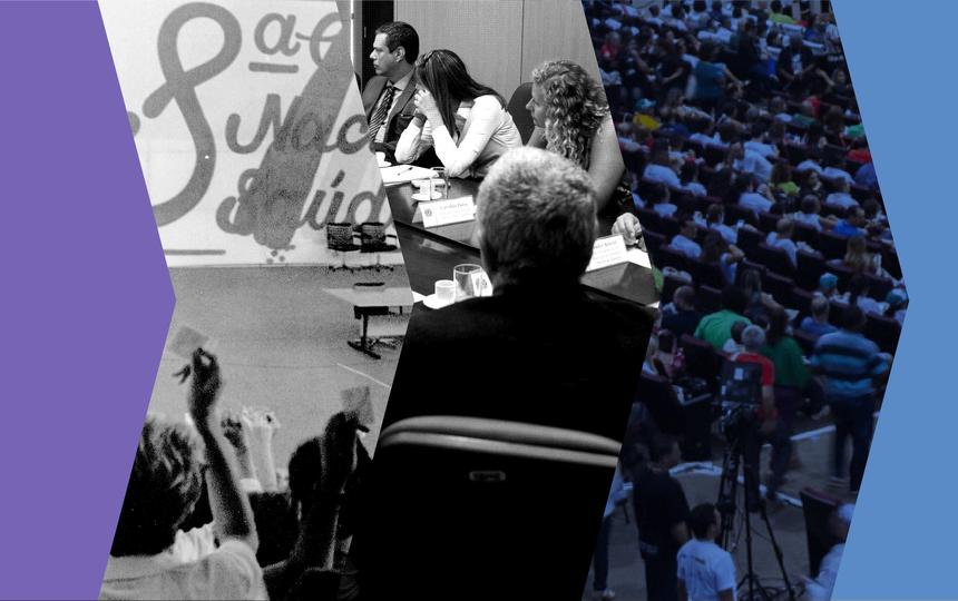 Montagem com recortes de três fotos mostram, em cada uma, situações diferentes de participação popular nos governos, com pessoas discutindo à mesa ou aglomeradas em uma plateia, ouvindo alguém falar. Duas fotos são em preto-e-branco. Em volta das três imagens, há bordas azuis.