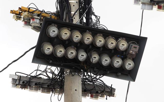 placa com medidores de energia em topo de poste