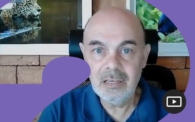 José Sabino em entrevista feita em vídeo. Em volta da foto, há uma moldura roxa.
