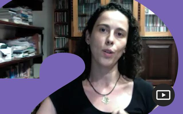Mariana Lyra em entrevista feita em vídeo. Em volta da foto, há uma moldura roxa.