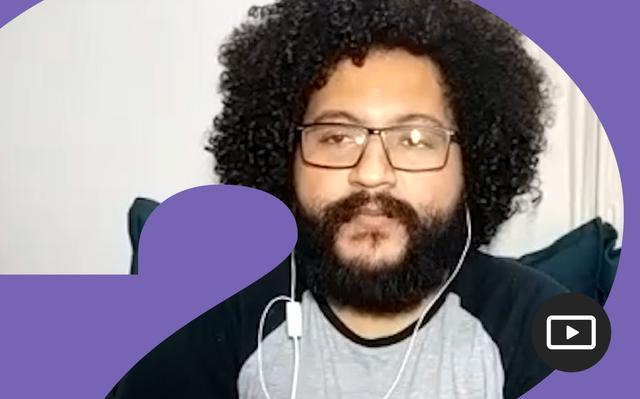 William Corrêa de Melo em entrevista feita em vídeo. Em volta da foto, há uma moldura roxa.