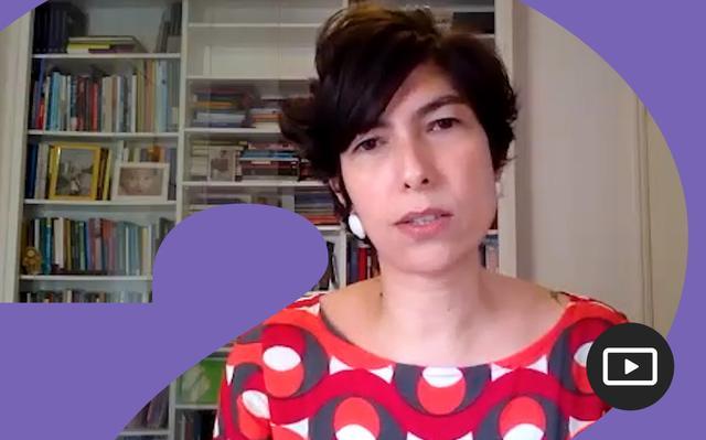 Gabriela Lotta em entrevista feita em vídeo. Em volta da foto, há uma moldura roxa.