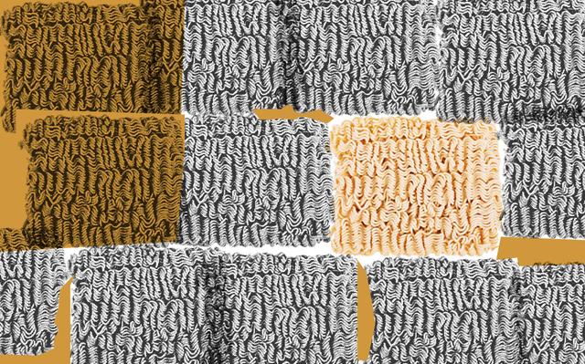Montagem em preto, branco e laranja com várias fotografias empilhadas de miojos crus.