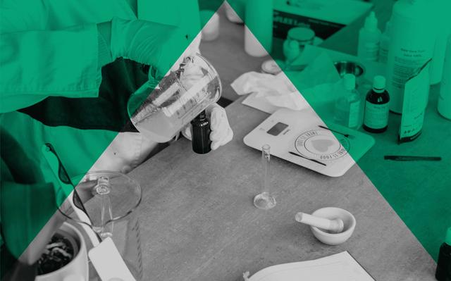 Imagem em preto.e branco com recortes verdes de uma pessoa produzindo cosméticos