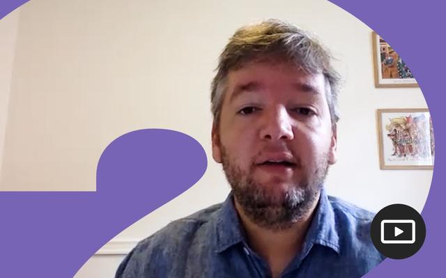 Arthur Bragança em entrevista feita em vídeo. Em volta da foto, há uma moldura roxa.
