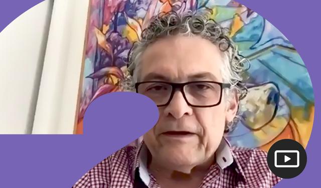 Ricardo Paes de Barros em entrevista feita em vídeo. Em volta da foto, há uma moldura roxa.