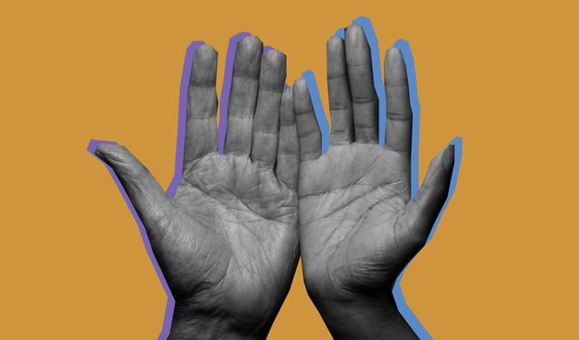 Montagem de duas mãos, lado a lado, com as palmas abertas, em preto-e-branco. As mãos aparecem sobre um fundo laranja.