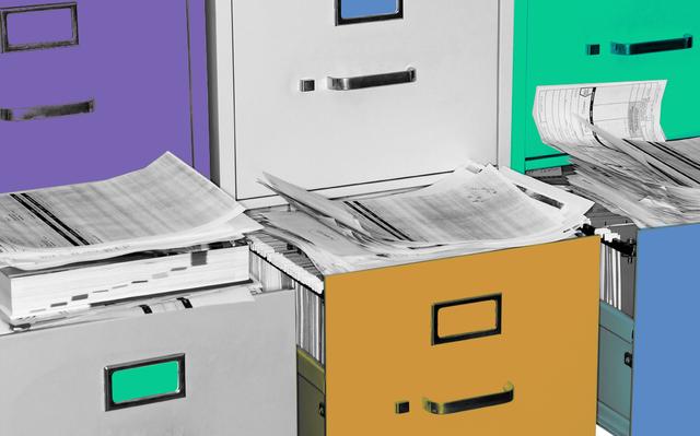 imagem em preto e branco, com destaques coloridos em verde, amarelo, roxo e azul, de gaveteiros para arquivo