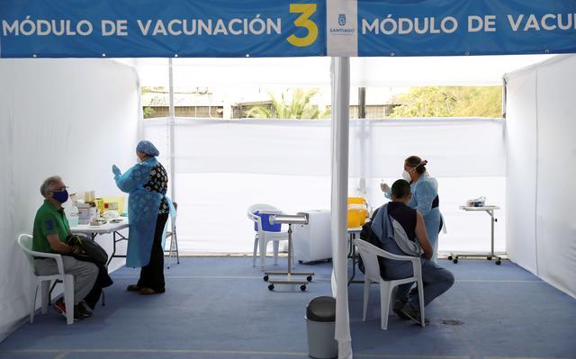 Profissionais de saúde preparam doses de vacina contra a covid-19 em centro de vacinação em Santiago, no Chile